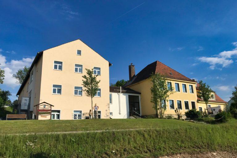 Gebäude mit Storchenhorst